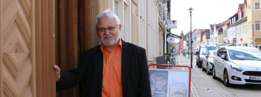 Frank Hoche vor dem Osterburger Kreismuseum ©Sabrina Lamcha